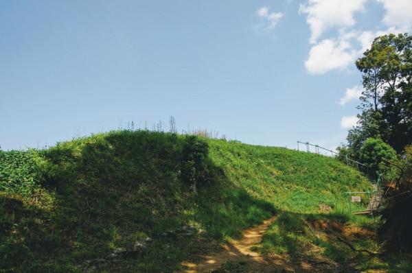 郭自体が巨大な土塁となり、北端には物見台が設けられていた