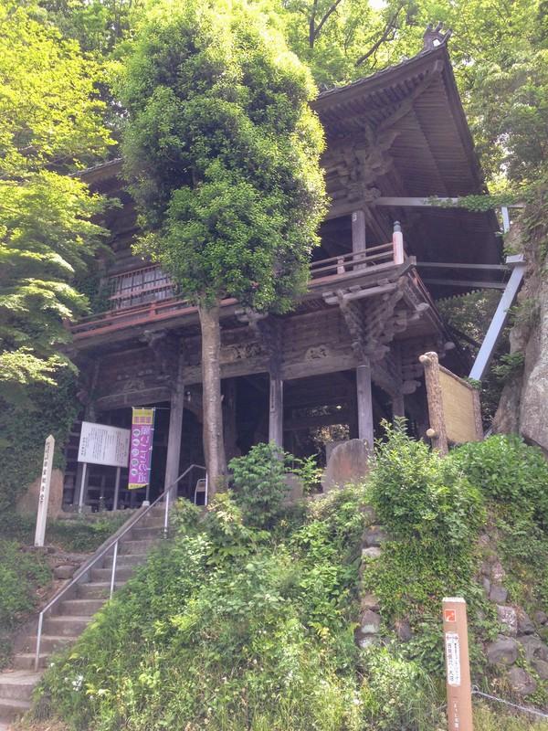 江戸時代中期に再建された懸造りのお堂である