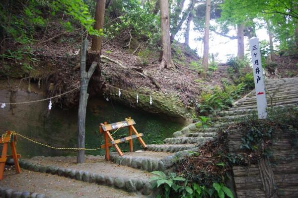 搦手脇に残る小さな池であり、見事な水源という訳ではない