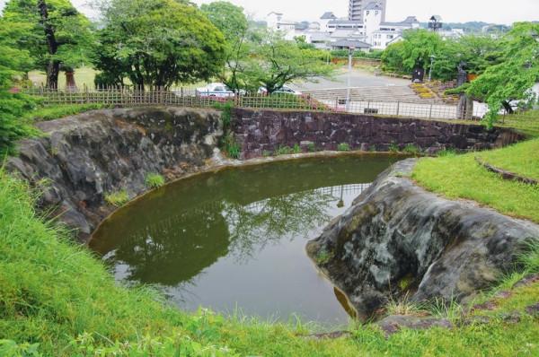 堀の南側から出土した石垣も一緒に復元されていた