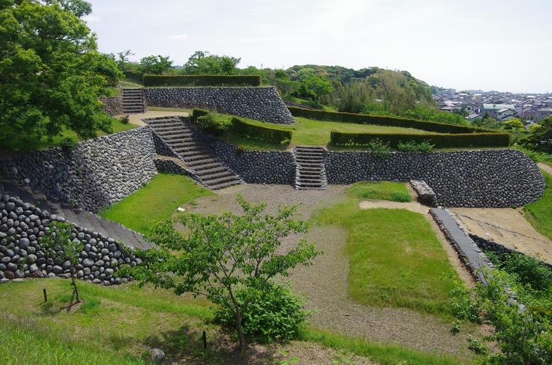 城内に船着場を持つ横須賀城本丸南下は大井川の河原石を用いた玉石垣造りだった