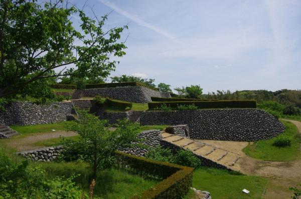 本丸虎口は城の南側に設けられ、周囲はたま石垣で厳重に守備されいた