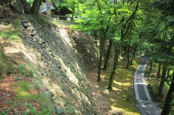本丸高石垣の南側あたりには政庁が建っていたとされる