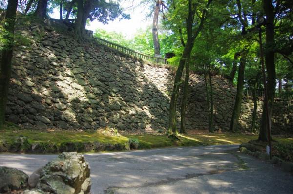 唐澤山城の本丸南側にある高石垣は藤原秀郷の子孫・佐野氏が拡張した時の姿を現在に残していた