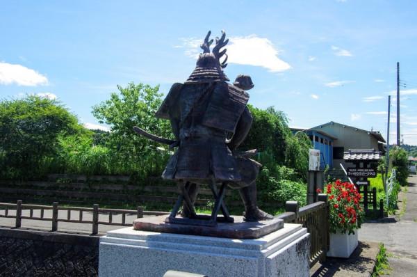 夷隅川に架かる行徳橋の両端には坐像と立像の二種類ある