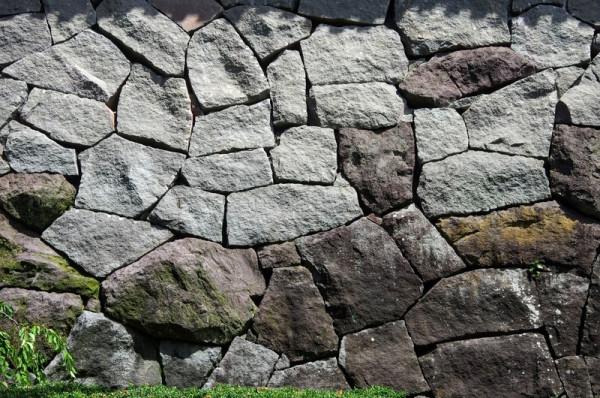 この石垣は野面積みと打込み接ぎの中間の方法で造られている