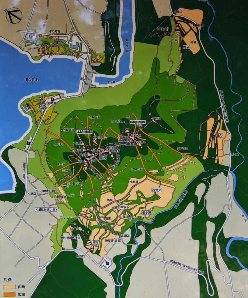 これは山頂の本城曲輪跡に置いてあった案内図で、麓のパークセンターではガイドマップを入手する