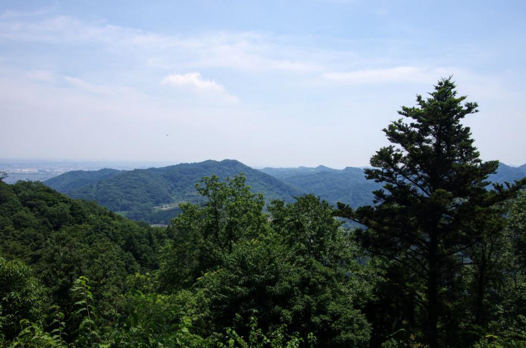 小倉山と、右手は三増峠方面で、周囲の砦には狼煙や音を使って周囲の城や砦と情報伝達していたと云う