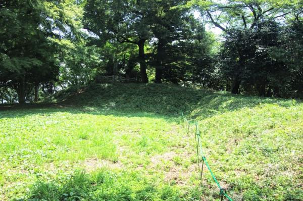 津久井城の本丸にあたる本城曲輪は標高375mの山頂に土塁で囲まれた狭い郭であった