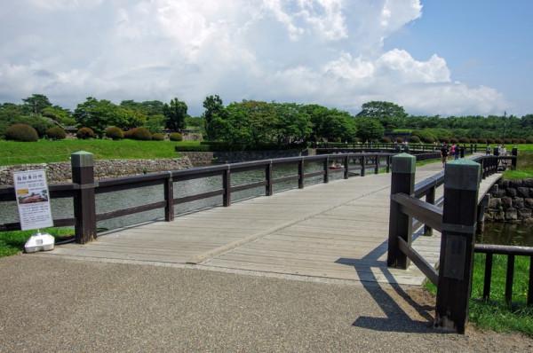 手前が城下、橋を渡った先が半月堡で守備された大手口となる