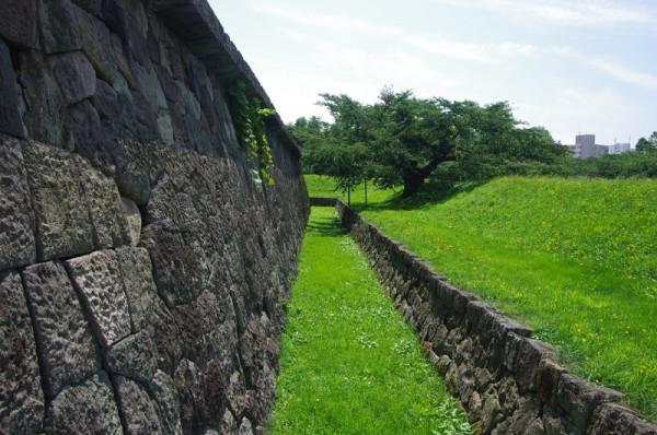 大手口の前に設けられ、刎ね出し石垣の上が半月堡となっている