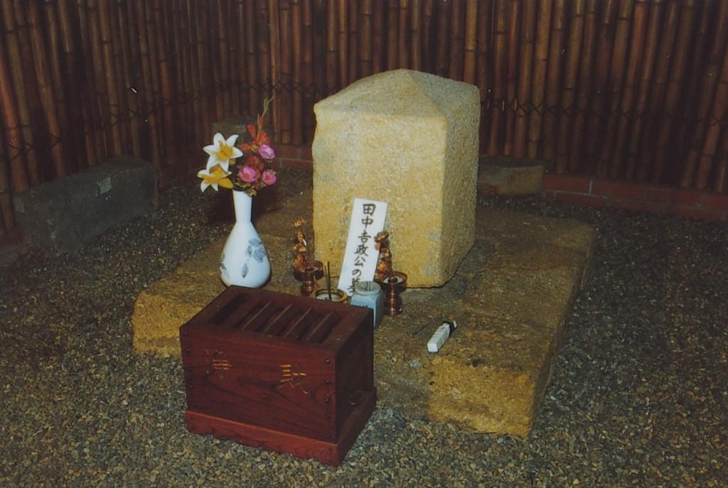 墓石は本堂北側から床下を通って参拝できるようになっているそうでお寺に見学を申し入れれば参拝できるらしい