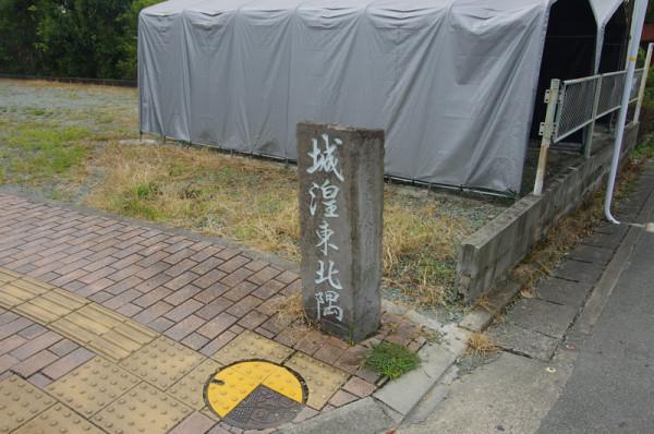 ここが柳川城の北東隅にあたり、奥には二ノ丸跡に建つ柳川高校がある