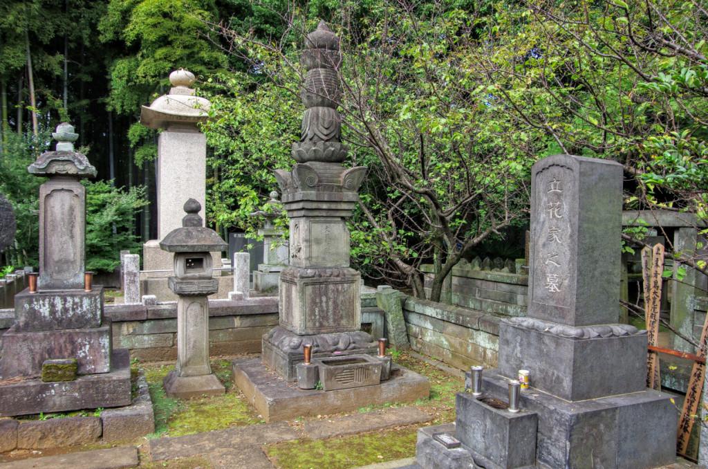 正面が立花左近将監宗茂公。その左は実母で大友家重臣・斉藤鎮実の妹(氏名は不詳)である宋雲院殿の墓所
