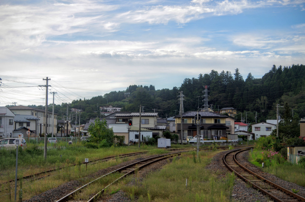 JR磐城棚倉駅ホームからの眺めで、正面左手の丘陵に赤館跡(赤館公園)があり、正面右に宇迦神社が建つ丘陵がある