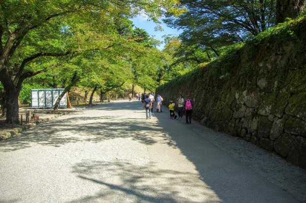 南側と同様に、この長い石垣の上には廊下を持った多聞櫓が建っていた