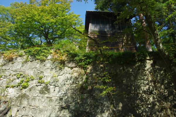 往時は櫓門があったが、現在は鐘撞堂が移設されていた