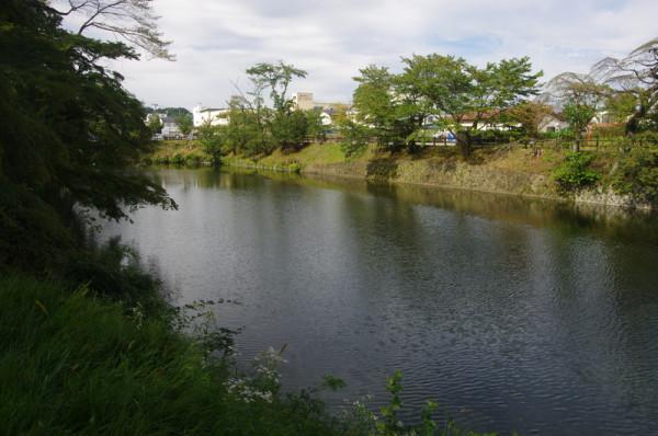 内堀は幅約36m、堀の深さ約7.3m、水深は約3.8mと記録されている