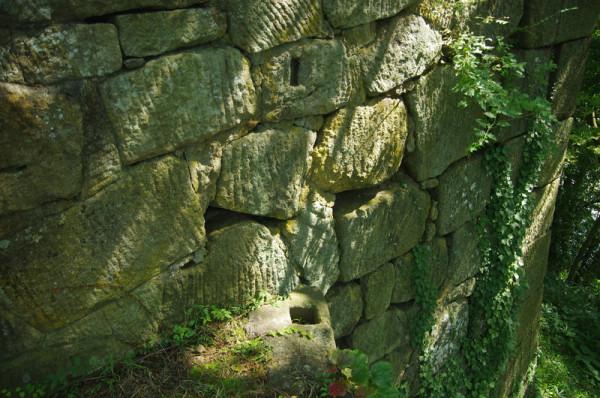 本丸土塁の上に建っていた土塀と連結部が残っていた