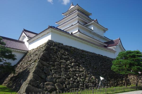 蒲生氏郷公が築いた天守台の上に、加藤明成による五層五階の天守が建つ