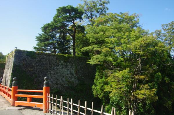 廊下橋の両脇100mほどは宮勾配の曲線を持つ高石垣になっていた