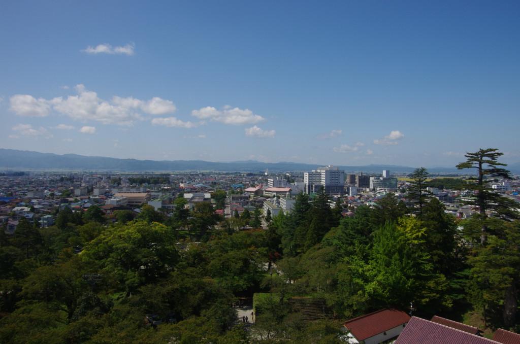 西中門跡、西出丸跡、会津藩学日新館跡、日新館天文台跡、遠く御神楽岳の先は越後国である