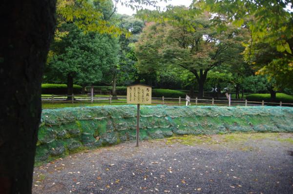 土塁に囲まれた半円状の郭は攻撃と防御の両方を兼ね備えてた施設