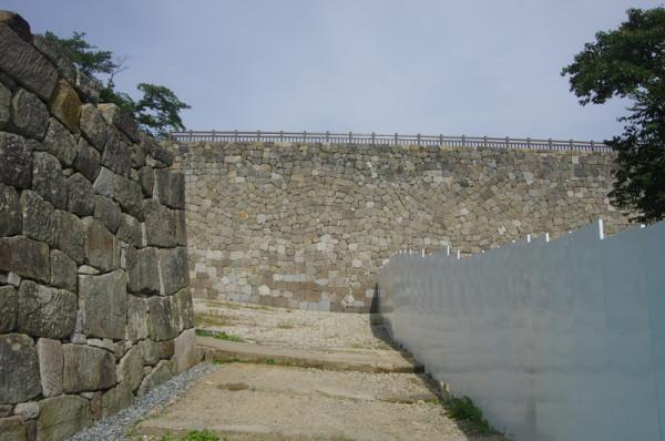 二之丸から土橋を渡るとT字となり、左手は桜門方面、右手が前御門方面