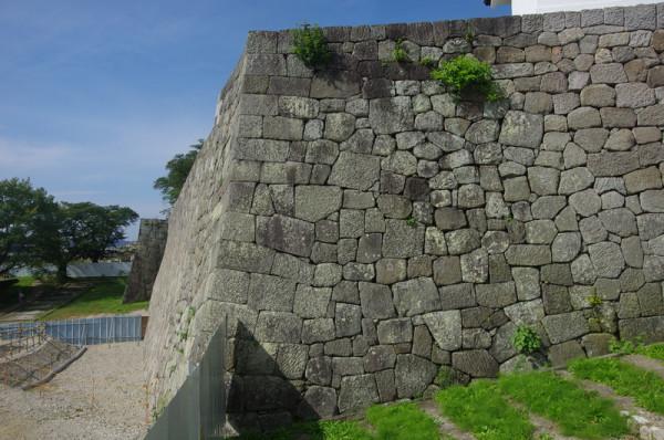 往時は、この上に平屋の多聞櫓が建っていた