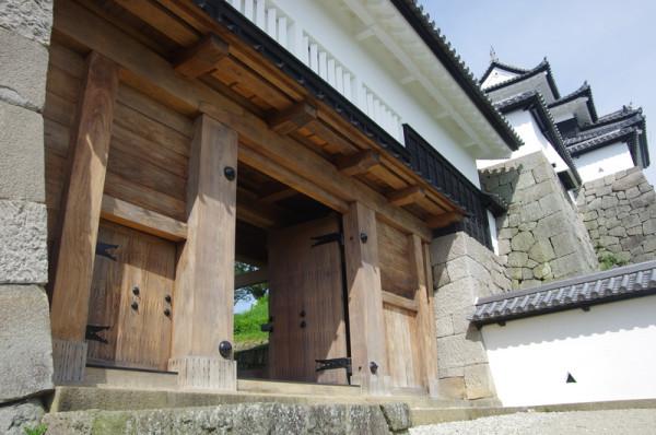 二階の櫓には石落としと鉄砲狭間(写真は閉口)が設けられていた