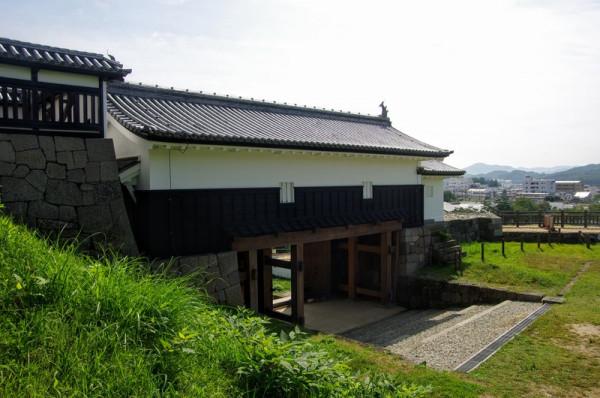 一階は総欅造り、屋根は本瓦葺きで鯱瓦つき、櫓は白漆喰総塗籠である