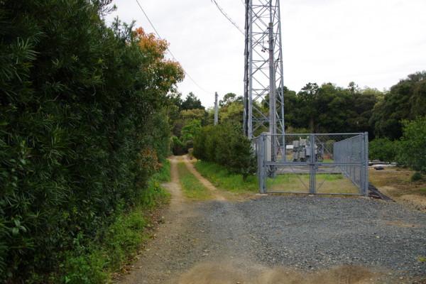 旧道の碑からこの鉄塔を目指して10分ほど北へ歩いて行く