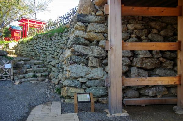 埋没保存されている礎石の上に新しい礎石を配置して門が建っていた