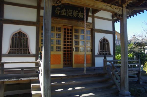 このお堂には里見家の守護仏である加瀬観世音菩薩像が安置されている