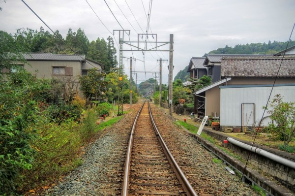 この先は長篠城を横切って豊川を渡り対岸の篠場野へ至る