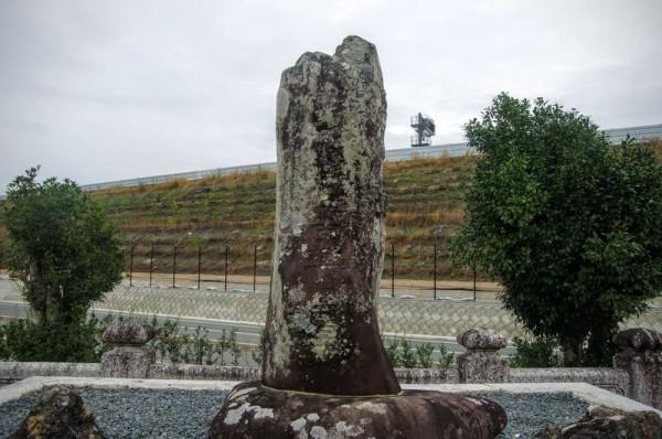 もともとの墓は新東名高速道路近くであったが工事のため移設されてきた