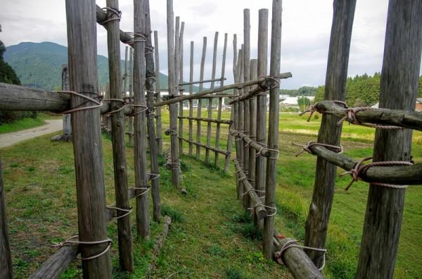 前後二段の柵で、柵の隙間が攻口になっていた