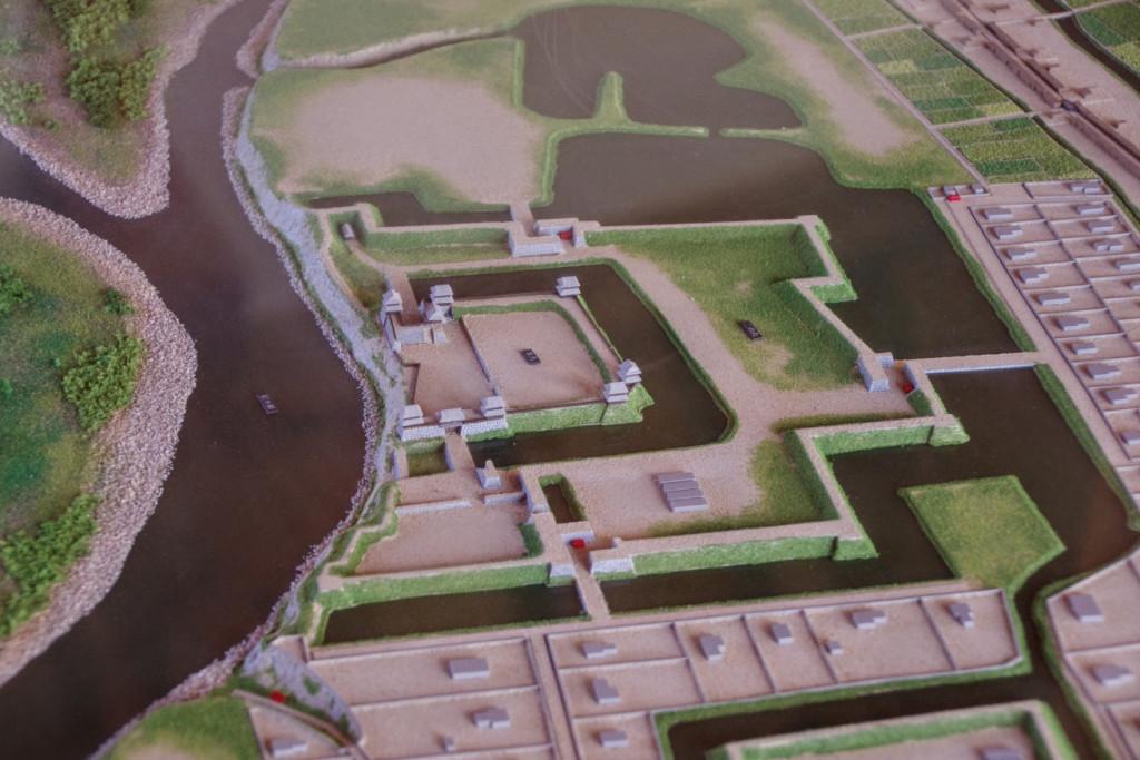 手前が東虎口にあたり、七棟の櫓が建つ本丸の南が尼ヶ淵(あまがふち)と呼ばれた深い淵で天然の外堀でもあった