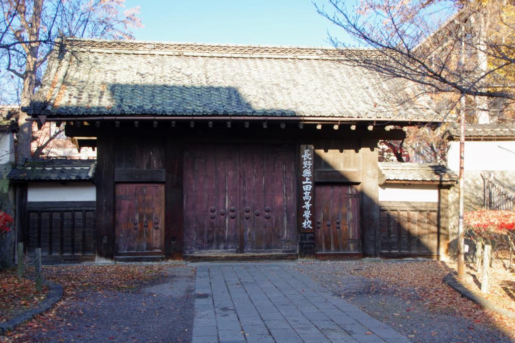 前面には四本の太い角柱が並び、中央間には大板扉を釣り、左右には潜戸の扉が付けられていた
