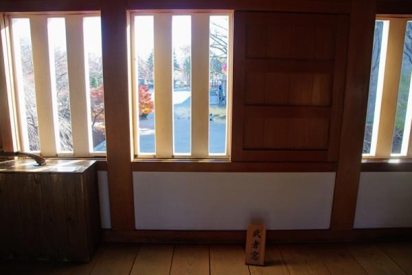 渡櫓門の中から迎撃するための格子窓である
