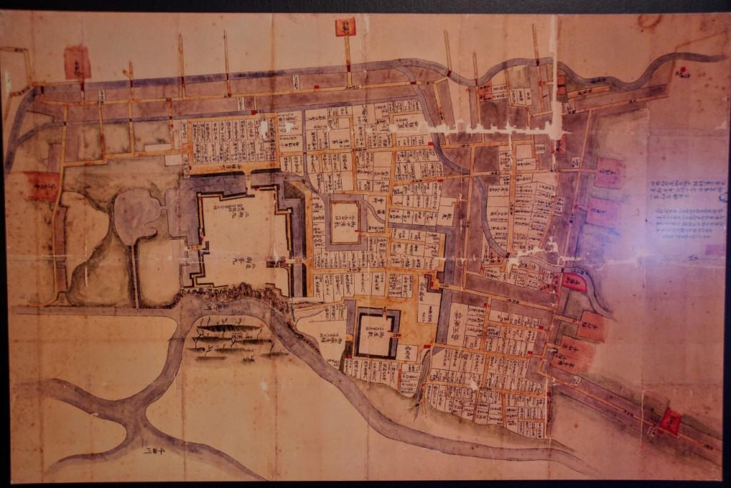 仙石氏が城主だった元禄年間(1688〜1704年)の上田城の本丸と二の丸、そして武家屋敷の屋敷割が描かれていた