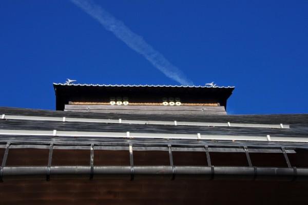 長野県松代にある長國寺の本堂と同様に大棟にあしらわれていた