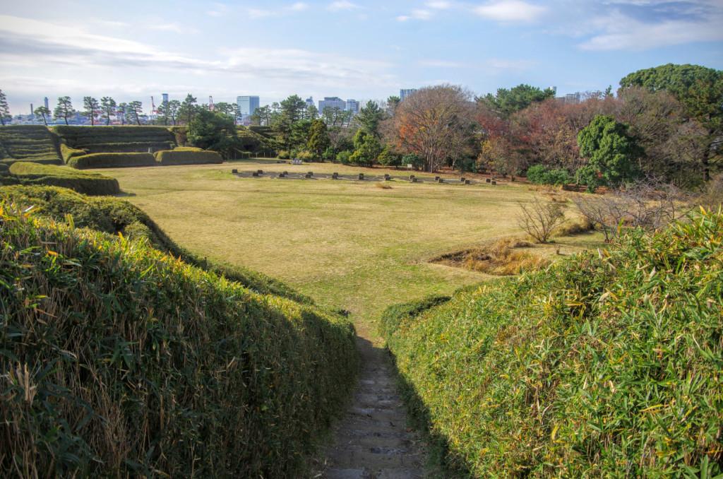 土塁下には石積みの弾薬庫跡が複数あり、中央には陣屋跡があった