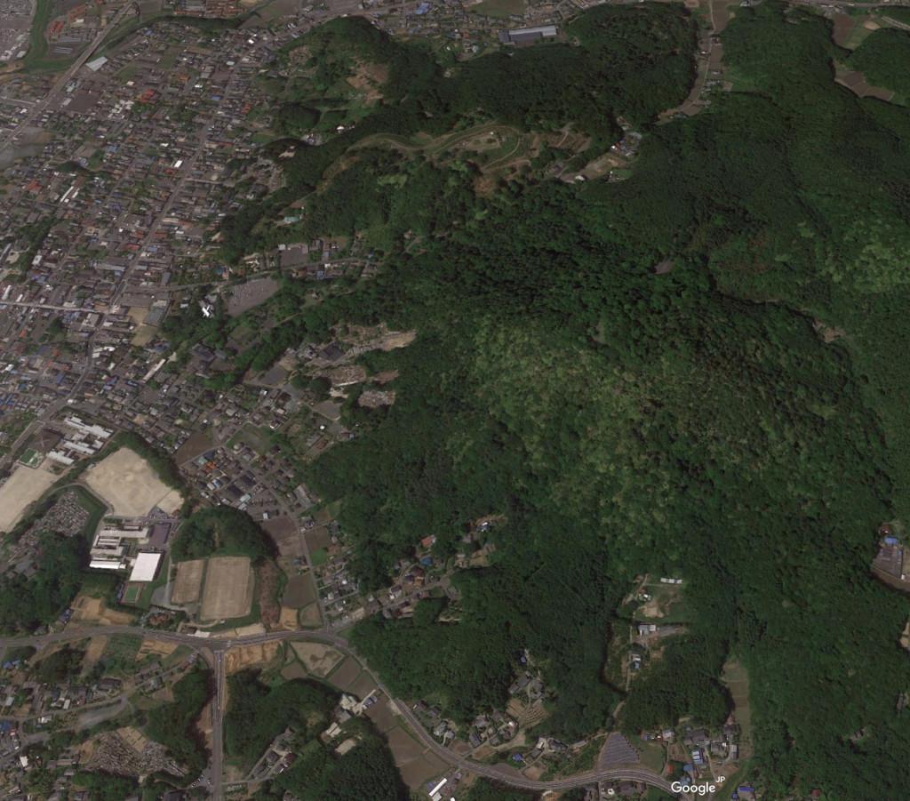 標高180mほどの佐白山山頂付近に築かれた城跡へは、笠間駅前から自転車でおよそ30分の距離にある