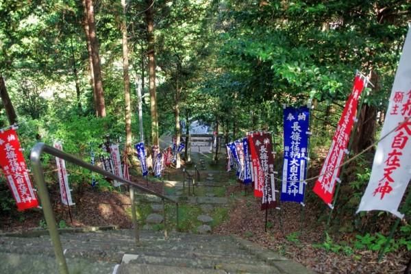 石段123段のうち88段の石は下総国から運んだとされる