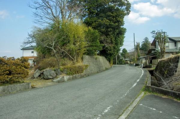 住宅地ではあるが堀が埋められて道路となり、両脇に土塁があった