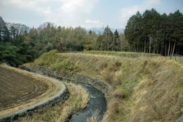 天然の堀・馬伏川に大きくえぐれた西端の郭である