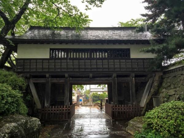 本丸跡の高島公園の出入口になっている