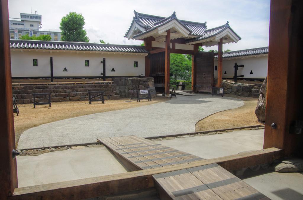 泰平の時代、太鼓門の一の門だった櫓門の二階は倉庫として使用されていた(実戦経験はないはず)