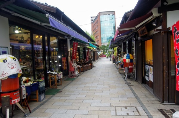 女鳥羽川に沿って個性的なお店が長屋風に軒を並べる商店街